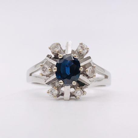 18k White Gold Ring with a Sapphire and Diamonds