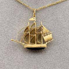 18k Yellow Gold Pendant with Boat Shape and with its Aventurine Quartz Helmet